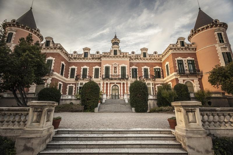 Explore Heures Palace Gardens